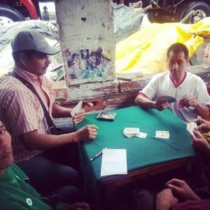Jugando cartas donde Leo